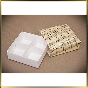 коробка (упаковка) д/пирожных 160*160* 55мм кремовая Нотки (пенал)